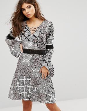 Rock & Religion Свободное платье со шнуровкой и принтом пейсли. Цвет: мульти