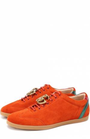 Замшевые кеды с декоративной брошью Gucci. Цвет: оранжевый