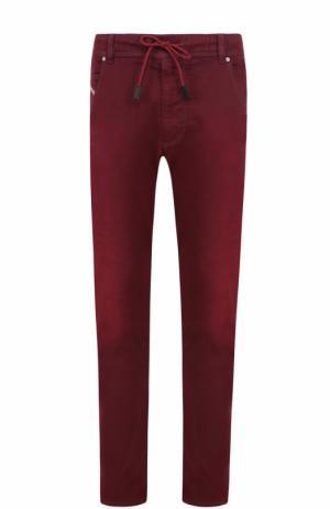 Зауженные джинсы с поясом на кулиске Diesel. Цвет: бордовый