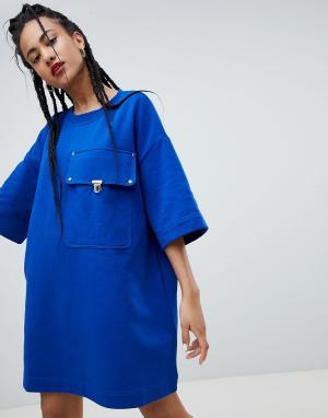 Love Moschino Платье-футболка с большим карманом. Цвет: синий