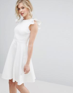 Club L Короткое приталенное платье с оборками на плечах. Цвет: белый