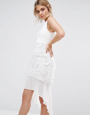 Boohoo Платье со шлейфом и кружевом кроше. Цвет: белый