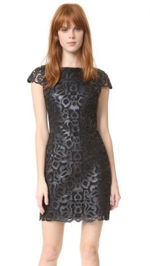 Платье Penni с короткими рукавами из искусственной кожи alice + olivia. Цвет: голубой
