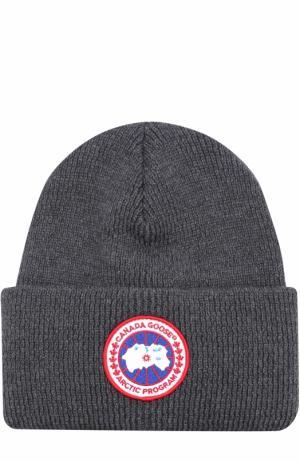 Шерстяная вязаная шапка с логотипом бренда Canada Goose. Цвет: серый