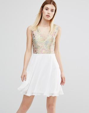 AX Paris Платье с V‑образным вырезом спереди. Цвет: золотой