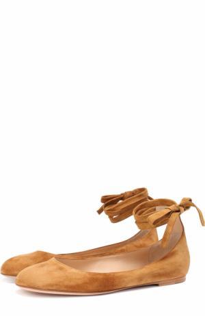 Замшевые балетки Carla с ремешками на щиколотке Gianvito Rossi. Цвет: коричневый