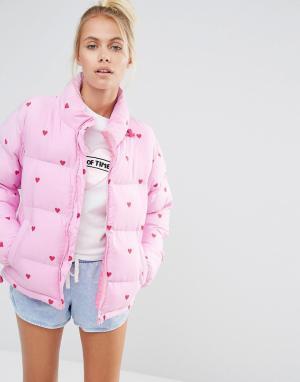 Lazy Oaf Короткая дутая куртка с принтом в сердечко. Цвет: розовый