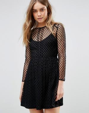 Jack Wills Приталенное платье в бархатный горошек. Цвет: черный