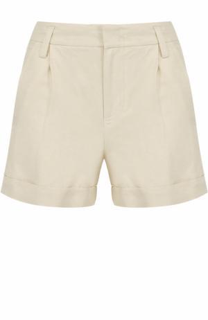 Мини-шорты с карманами и защипами Vince. Цвет: светло-бежевый