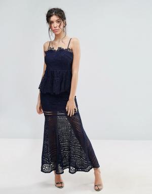 Love Triangle Кружевное платье макси с баской. Цвет: темно-синий