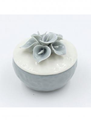 Шкатулка декоративная серо-белая с серыми цветами из фарфора для украшений, 6.5х6х6.5см. Magic Home. Цвет: серый