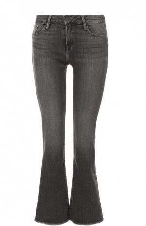 Расклешенные укороченные джинсы с бахромой Frame Denim. Цвет: серый