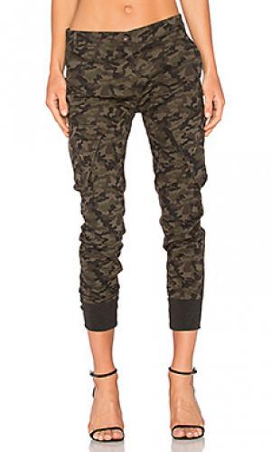 Джинсы бойфренд с карманами карго James Jeans. Цвет: военный стиль