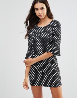 Unique 21 Цельнокройное платье в горошек с оборками на рукавах. Цвет: черный
