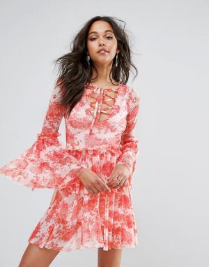 Boohoo Ярусное платье с цветочным принтом. Цвет: красный