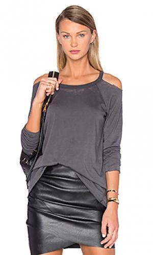 Обрезанная по краям футболка с открытыми плечами Chaser. Цвет: серый