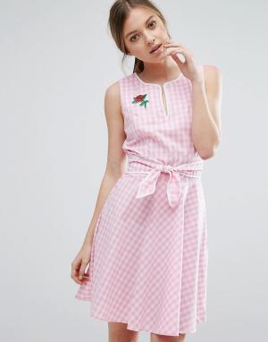 Trollied Dolly Короткое приталенное платье в клеточку с поясом и розой. Цвет: розовый