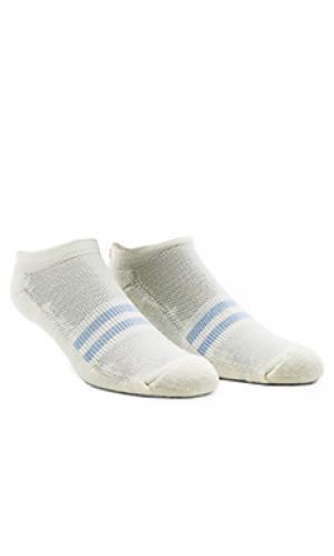 Низкие носки с пёстрым рисунком Satisfy. Цвет: кремовый