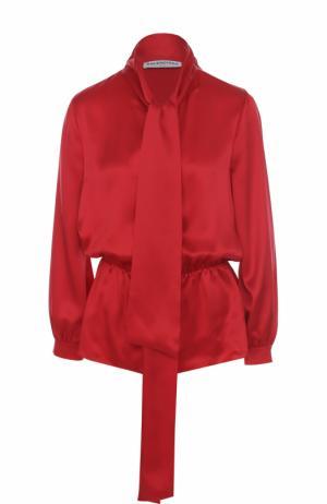 Приталенная шелковая блуза с воротником аскот Balenciaga. Цвет: красный