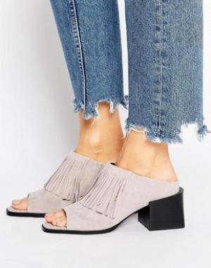 Sol Sana Замшевые сандалии на каблуке с бахромой. Цвет: серый