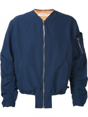 Куртка-бомбер с присборенными рукавами Mr. Completely. Цвет: синий