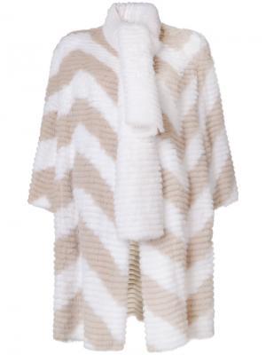 Шуба с  декоративным шарфом узором шеврон Fendi. Цвет: белый