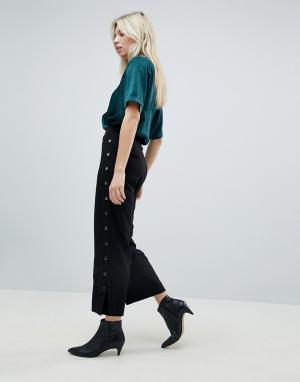 Minimum Укороченные брюки с отделкой заклепками. Цвет: черный