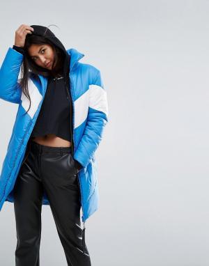 Puffa Длинная оверсайз-куртка с контрастной шевронообразной вставкой. Цвет: синий