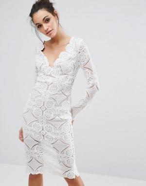 Love Triangle Платье-футляр миди с треугольным вырезом и сплошной кружевной отделкой. Цвет: кремовый