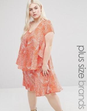 Koko Платье с оборкой и абстрактным принтом Plus. Цвет: розовый