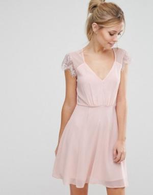 Elise Ryan Короткое приталенное кружевное платье. Цвет: розовый