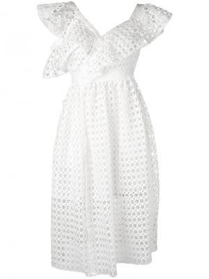 Платье шифт с вырезными деталями Self-Portrait. Цвет: белый