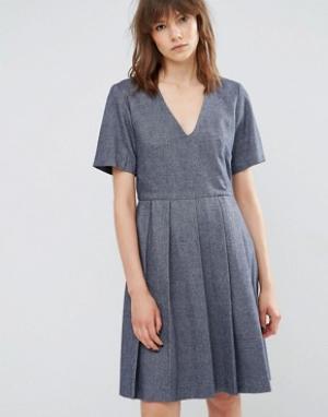 YMC Короткое приталенное шерстяное платье с плиссировкой. Цвет: синий