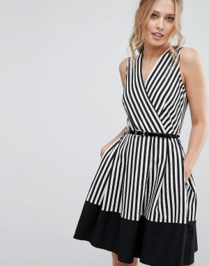 Closet London Короткое приталенное платье в полоску с запахом и поясом. Цвет: мульти