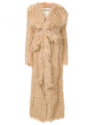 Пальто из искусственного меха с поясом A.W.A.K.E.. Цвет: телесный