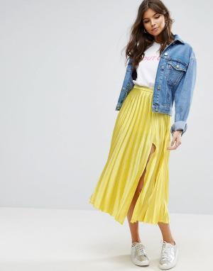 ASOS Атласная плиссированная юбка миди с разрезом сбоку. Цвет: желтый