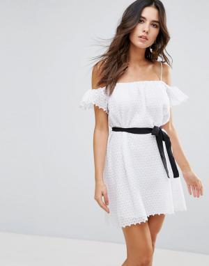 Little White Lies Платье с открытыми плечами. Цвет: белый