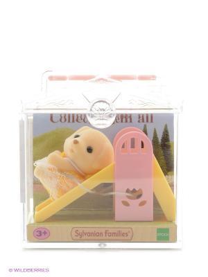 Набор Младенец в пластиковом сундучке  (собачка на горке) Sylvanian Families. Цвет: светло-бежевый