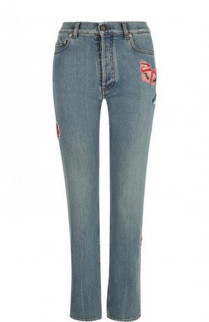 Укороченные джинсы с потертостями и отделкой в виде бабочек Valentino. Цвет: голубой