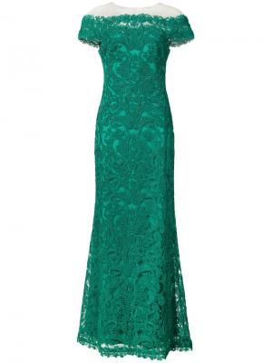 Вечернее платье с открытыми плечами и ажурными узорами Tadashi Shoji. Цвет: зелёный