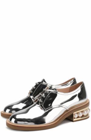 Ботинки из металлизированной эко-кожи на каблуке с декором Nicholas Kirkwood. Цвет: серебряный