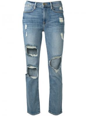 Укороченные джинсы с потертой отделкой Frame Denim. Цвет: синий