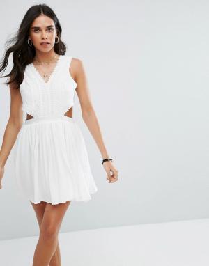 Raga Платье мини с вырезом Everdeen. Цвет: белый