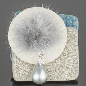 Брошь-кулон Стиль жемчуг майорка, искусственная кожа, арт. БШкам-795 Бусики-Колечки. Цвет: серый