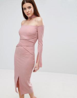 Lavish Alice Трикотажное платье миди в рубчик с поясом. Цвет: розовый