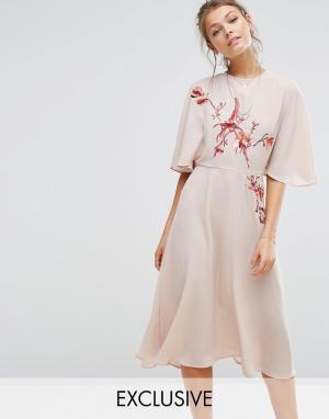 Hope and Ivy Платье миди с расклешенными рукавами и вышивкой &. Цвет: оранжевый