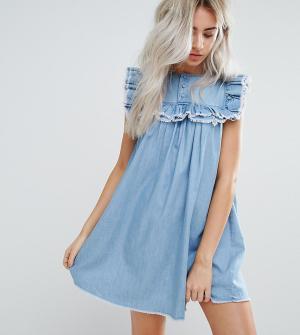 Urban Bliss Petite Джинсовое свободное платье с состаренной оборкой. Цвет: синий