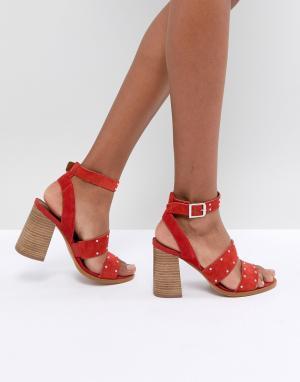 Замшевые сандалии с отделкой заклепками ASOS TESSIE DESIGN. Цвет: красный