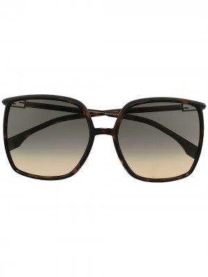 Солнцезащитные очки в массивной квадратной оправе Fendi Eyewear. Цвет: коричневый