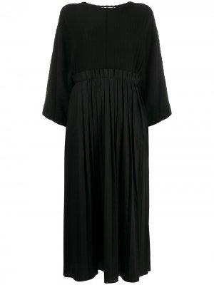 Платье свободного кроя со складками Maison Flaneur. Цвет: черный